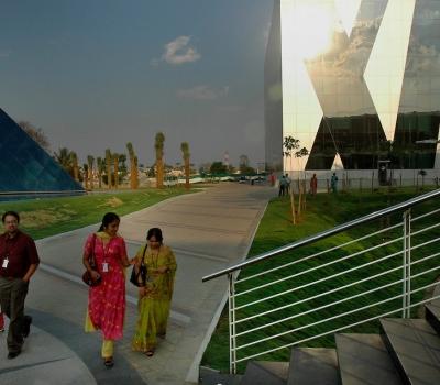 """""""De la Internet cafe la conglomerat tehnologic"""": Bangalore și succesul industriei IT în India"""
